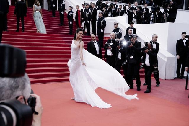 Alessandra Ambrosio trẻ đẹp và quyến rũ trên thảm đỏ Cannes - 7