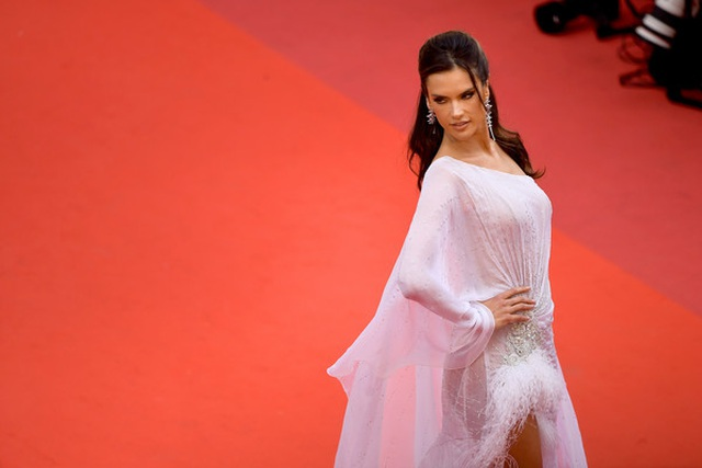 Alessandra Ambrosio trẻ đẹp và quyến rũ trên thảm đỏ Cannes - 4