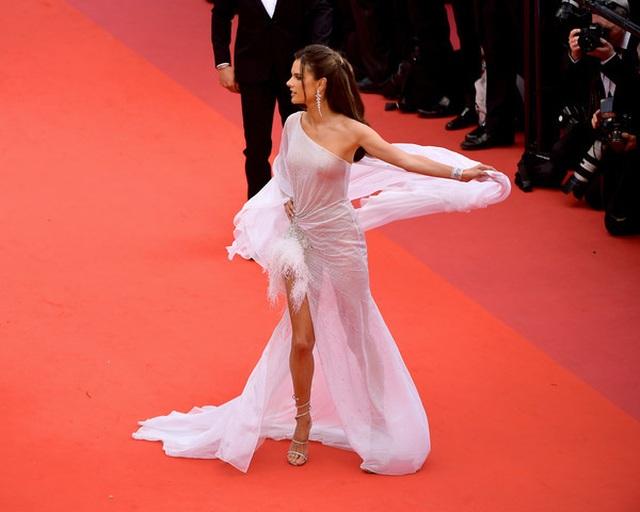 Alessandra Ambrosio trẻ đẹp và quyến rũ trên thảm đỏ Cannes - 5
