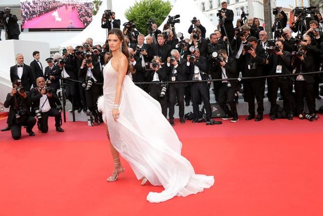 Alessandra Ambrosio trẻ đẹp và quyến rũ trên thảm đỏ Cannes - 6