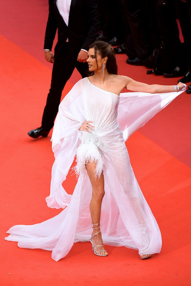 Alessandra Ambrosio trẻ đẹp và quyến rũ trên thảm đỏ Cannes - 2