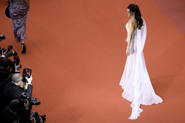 Alessandra Ambrosio trẻ đẹp và quyến rũ trên thảm đỏ Cannes - 1