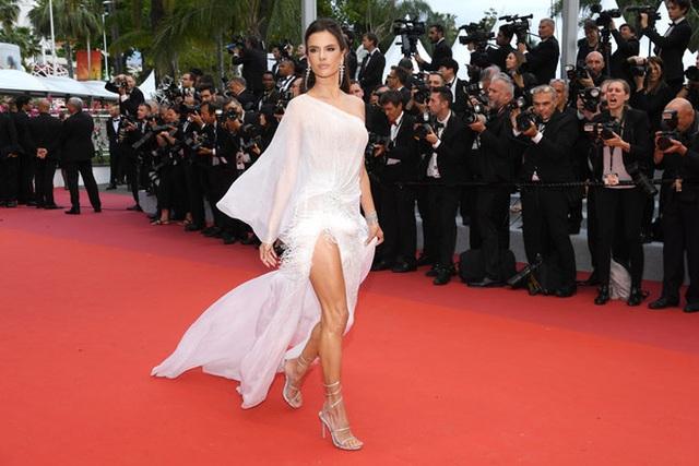 Alessandra Ambrosio trẻ đẹp và quyến rũ trên thảm đỏ Cannes - 9