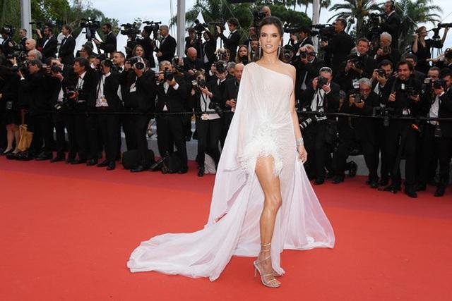 Alessandra Ambrosio trẻ đẹp và quyến rũ trên thảm đỏ Cannes - 10