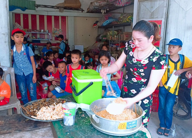 Vợ chồng thầy cô giáo nấu hàng trăm suất ăn sáng miễn phí cho học trò nghèo - 2