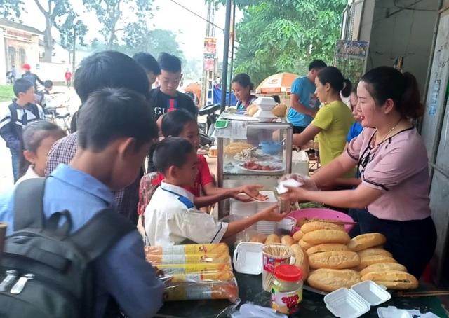 Vợ chồng thầy cô giáo nấu hàng trăm suất ăn sáng miễn phí cho học trò nghèo - 5
