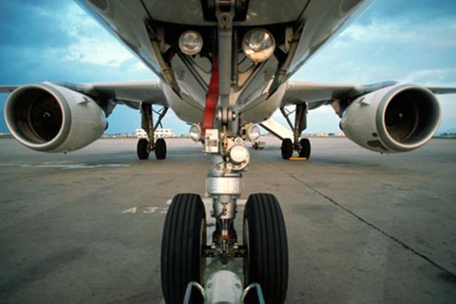 """Tóm gọn hành khách trốn dưới càng máy bay định """"đi ké"""" miễn phí - 3"""