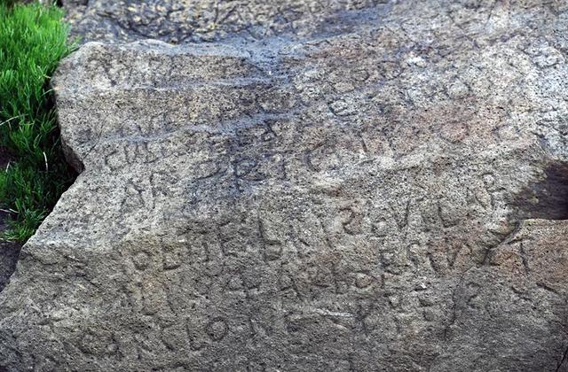 Bí ẩn mật mã 230 năm tuổi được khắc trên một tảng đá ở Pháp - 1