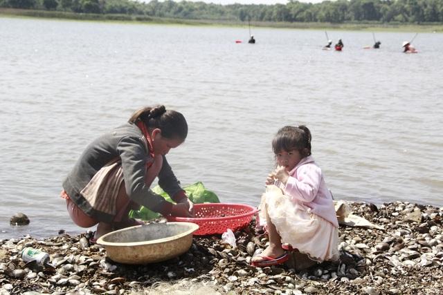 Đổ xô đi đãi hến mùa nước cạn ở hồ Ea Kao - 7