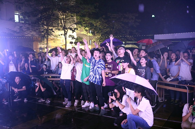 Học sinh chuyên Tự nhiên đội mưa quậy tưng bừng trong đêm chia tay