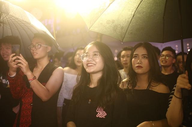Học sinh chuyên Tự nhiên đội mưa quậy tưng bừng trong đêm chia tay - 8