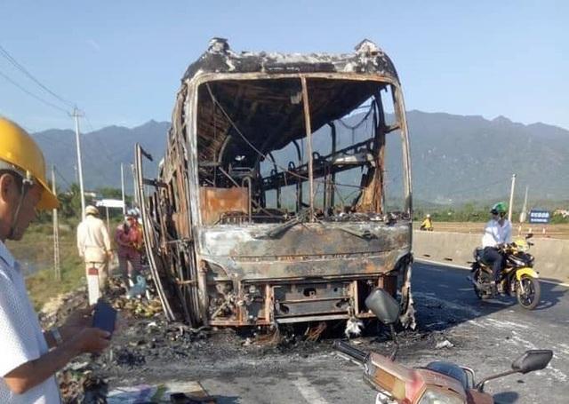 Ô tô giường nằm bất ngờ bốc cháy, hàng chục hành khách thoát chết - 1
