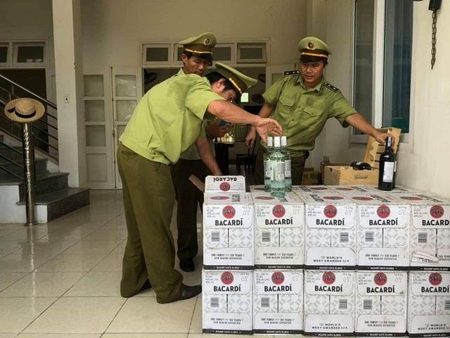 Quảng Bình: Bắt giữ gần 400 chai rượu ngoại nhập lậu - 1