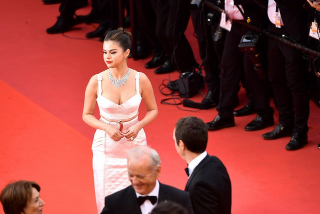 Selena Gomez khoe ngực nảy nở tại LHP Cannes - 2