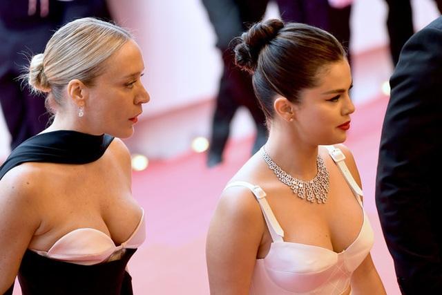 Selena Gomez khoe ngực nảy nở tại LHP Cannes - 1
