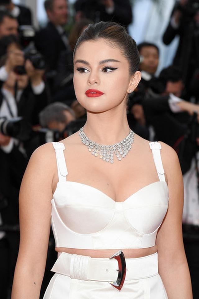 Selena Gomez khoe ngực nảy nở tại LHP Cannes - 3