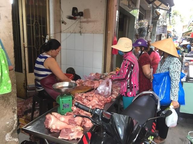 """TPHCM: Người dân """"e dè"""" với thịt ở chợ vì dịch tả heo Châu Phi - 1"""