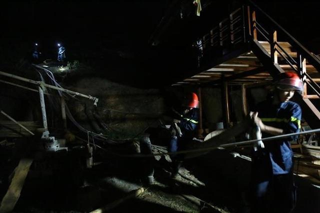 Cháy rừng, nhiều nhà dân sơ tán, hàng trăm người dập lửa trong đêm - 5