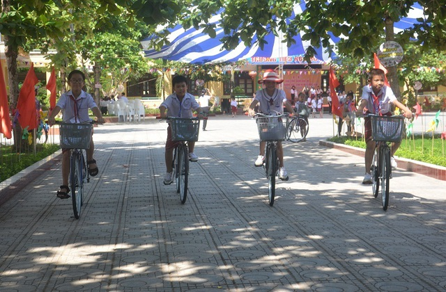 Quảng Bình: Tặng xe đạp nâng bước học sinh nghèo đến trường - 2