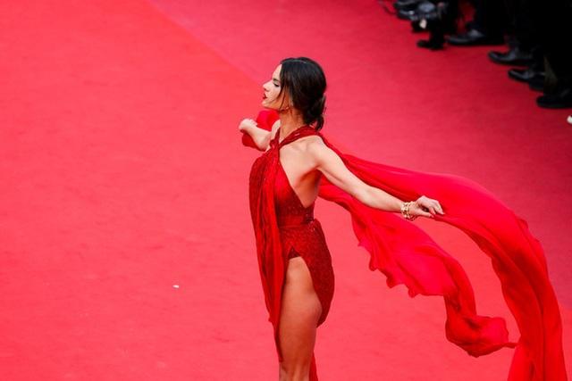 Siêu mẫu Alessandra Ambrosio khoe ngực căng đầy - 9