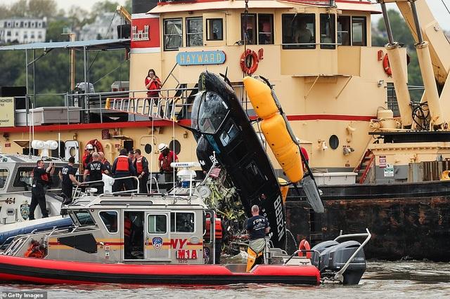 Khoảnh khắc trực thăng lảo đảo rơi xuống sông ở New York  - 2