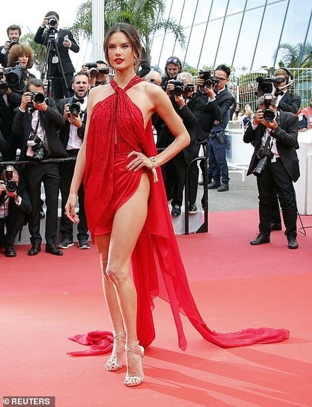 Alessandra Ambrosio diện váy đỏ xẻ táo bạo - 2