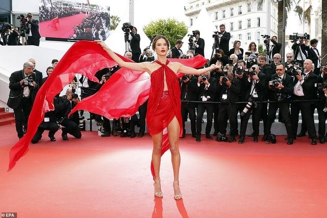 Alessandra Ambrosio diện váy đỏ xẻ táo bạo - 3