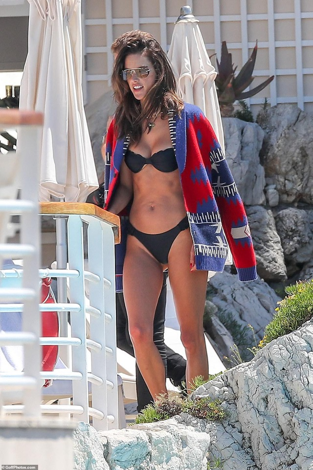Siêu mẫu Alessandra Ambrosio khoe ngực căng đầy - 3