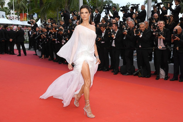 Siêu mẫu Alessandra Ambrosio khoe ngực căng đầy - 10