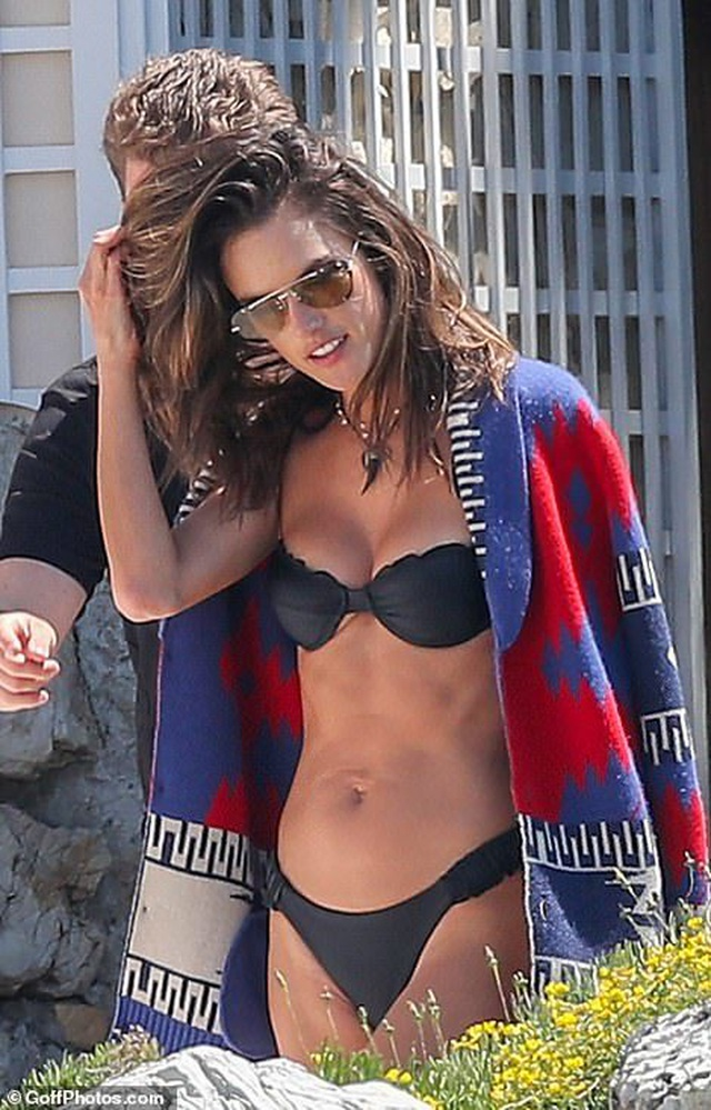 Siêu mẫu Alessandra Ambrosio khoe ngực căng đầy - 4