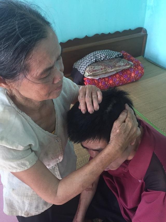 Nghẹn lòng cảnh cụ bà tuổi 80 đội nắng bắt cua nuôi con trai 2 lần thoát khỏi tử thần - 7
