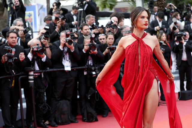 Alessandra Ambrosio diện váy đỏ xẻ táo bạo - 6