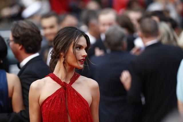 Alessandra Ambrosio diện váy đỏ xẻ táo bạo - 7