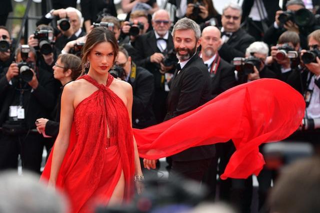 Alessandra Ambrosio diện váy đỏ xẻ táo bạo - 4
