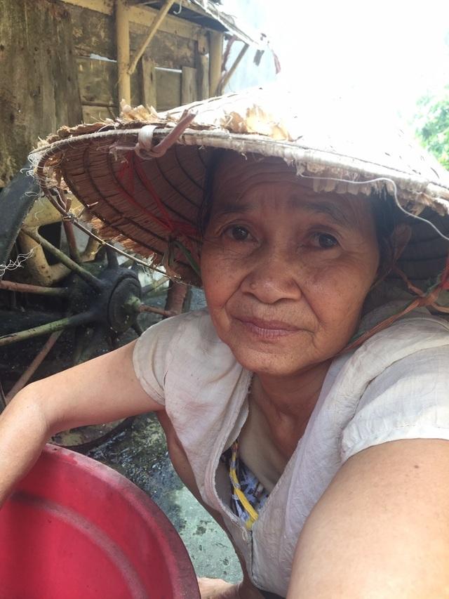 Nghẹn lòng cảnh cụ bà tuổi 80 đội nắng bắt cua nuôi con trai 2 lần thoát khỏi tử thần - 12