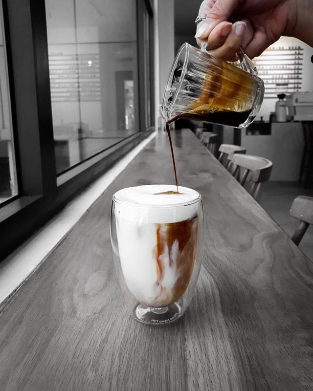 """Nhiếp ảnh gia trẻ khắc hoạ """"hơi thở thời đại"""" trong tách cà phê - 5"""