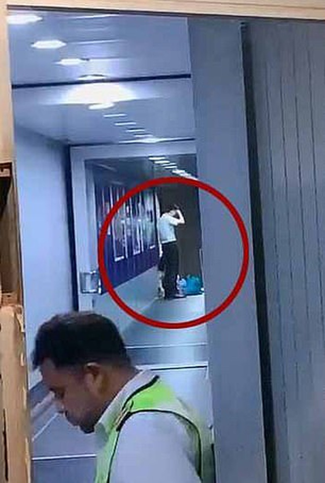 Ngăn tiếp viên đóng cửa máy bay, bắt 160 hành khách chờ đợi con mình - 1