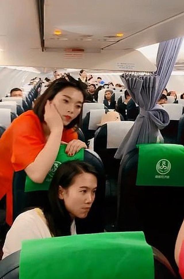 Ngăn tiếp viên đóng cửa máy bay, bắt 160 hành khách chờ đợi con mình - 2
