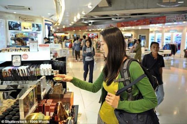 Ngăn tiếp viên đóng cửa máy bay, bắt 160 hành khách chờ đợi con mình - 3