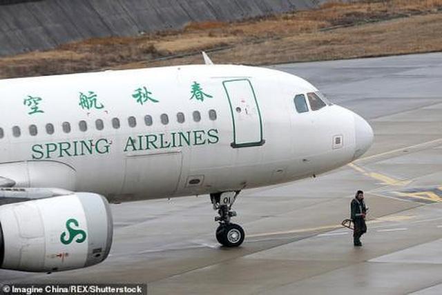 Ngăn tiếp viên đóng cửa máy bay, bắt 160 hành khách chờ đợi con mình - 4
