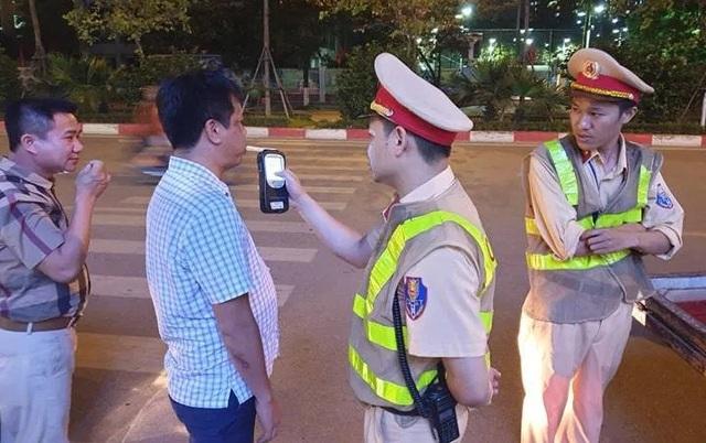 Hà Nội: CSGT lập chốt sát quán nhậu để kiểm tra tài xế ma men - 1