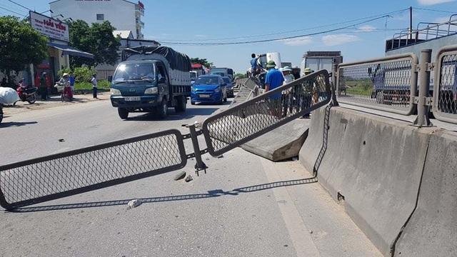Xe tải tông xe 7 chỗ lật nghiêng, 3 người thoát chết may mắn - 1