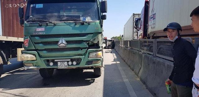 Xe tải tông xe 7 chỗ lật nghiêng, 3 người thoát chết may mắn - 5