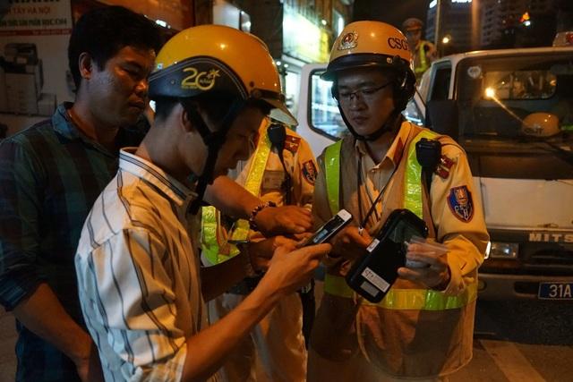 Hà Nội: CSGT lập chốt sát quán nhậu để kiểm tra tài xế ma men - 4