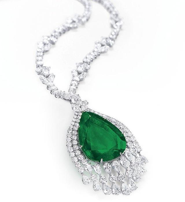 Vẻ đẹp của chiếc vòng cổ kim cương mặt ngọc lục bảo có giá 98 tỷ đồng - 1