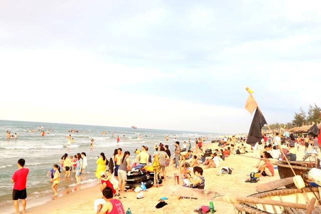 """Nắng nóng, người dân và du khách đổ xô đi tắm biển """"hạ hỏa"""" - 10"""