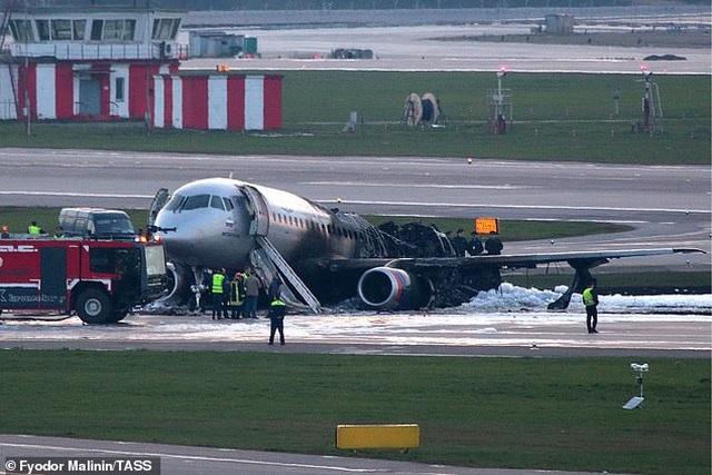 """Video máy bay Nga """"nảy như châu chấu"""" trên đường băng trước khi bốc cháy ngùn ngụt - 1"""