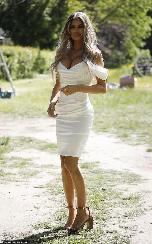 Chloe Sims diện váy xẻ sâu khoe ngực khủng - 1