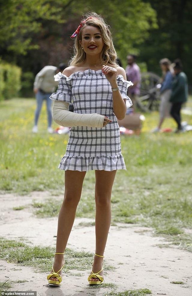 Chloe Sims diện váy xẻ sâu khoe ngực khủng - 10
