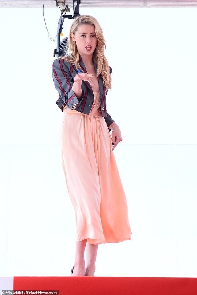 Amber Heard quyến rũ với váy không nội y - 5